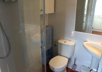 B09 - Badeværelse med brus.