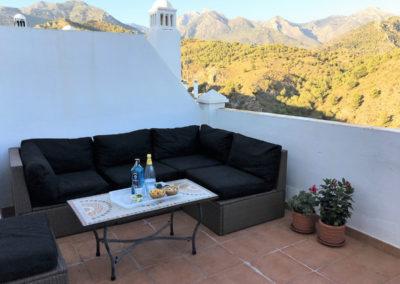 B03 - Øverste terrasse med sofasæt og solsenge.