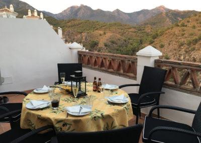 B03 - Nederste terrasse med spiseplads.