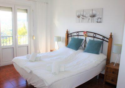 B08 - Soveværelse med dobbeltseng og balkon.