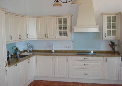 B05 -  Stort veludstyret køkken med spiseplads.