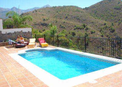 B05 - Dejlig stor pool med udsigt til bjerge og havet.