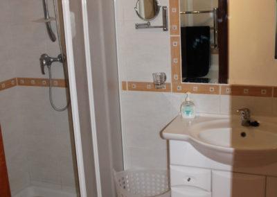 R35 - Badeværelse med brus.