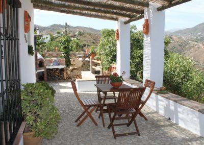 G31 - Dejlig terrasse med spisebord.