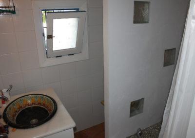 R32 - Badeværelse med brus.