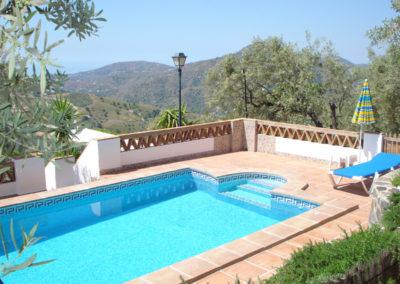 G26 - Skøn pool og udsigt til bjerge og havet.