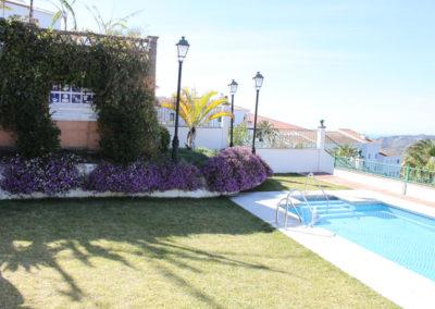R15 - Pool område med græsplæne.