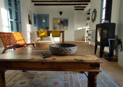 R17 - Hyggelige stue med brændeovn.