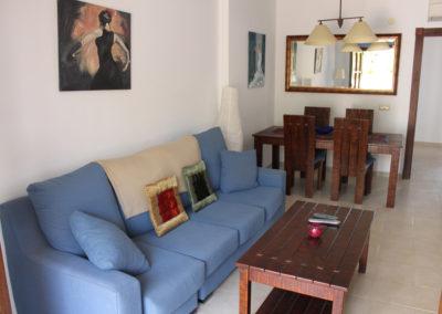 R23 - Stue med sofa og TV.