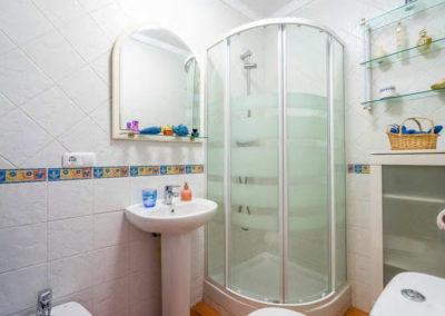 R41 - Badeværelse med brus.