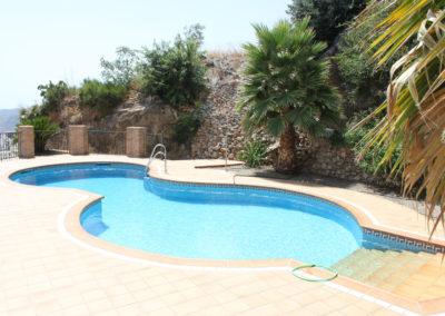 R23 -  Dejlig pool lige udenfor terrassen.