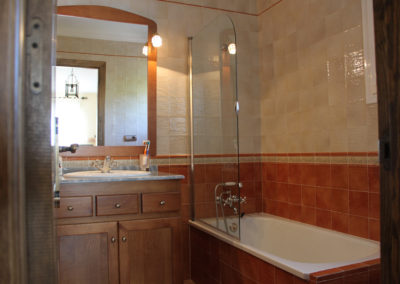 G47 - Bathroom with a bath.