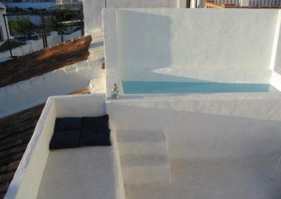 B04 - Terrasse og mindre privat pool.