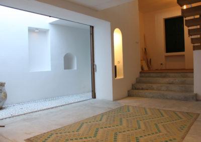 R38 - Hall og lounge med udgang til patio.