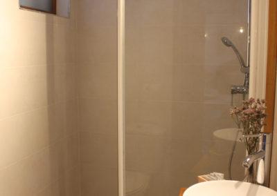 R42 - Badeværelse med brus.