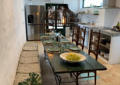 R38 - Åbent køkken med spiseplads.