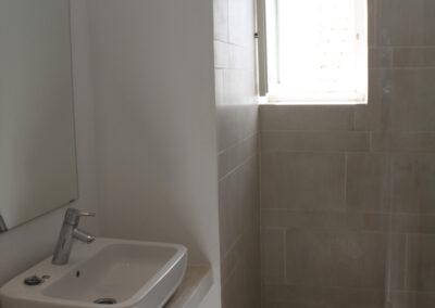 R04 - Badeværelse med brus.