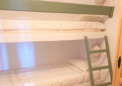 R21 - Soveværelse nede med to køjesenge.